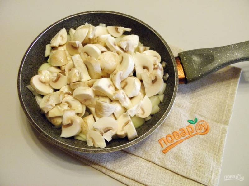 Лук и грибы крупно порежьте и обжарьте до полуготовности на растительном масле. Посолите и поперчите по вкусу.