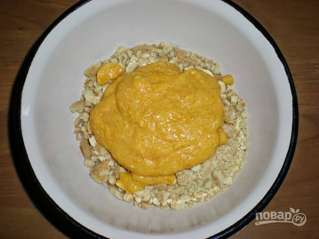 Печенье измельчите, добавьте творожно-тыквенную смесь и размешайте до однородной массы.