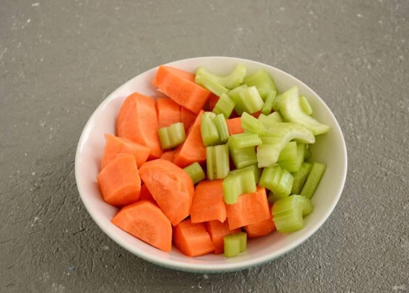 Морковь очистите от кожуры, нарежьте вместе с сельдереем на крупные ломтики.