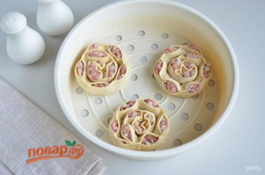 Смажьте растительным или сливочным маслом форму, уложите манты на расстоянии друг от друга. Варите на пару 30 минут.