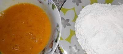 Яйцо разбиваем в отдельную миску, приправляем солью и перцем и, взбивая венчиком,, потихоньку добавляем муки.