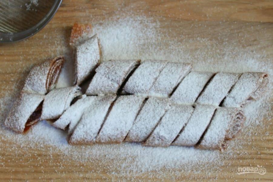 Посыпаем сахарной пудрой. Если не употребляете сахар, пропустите этот этап.