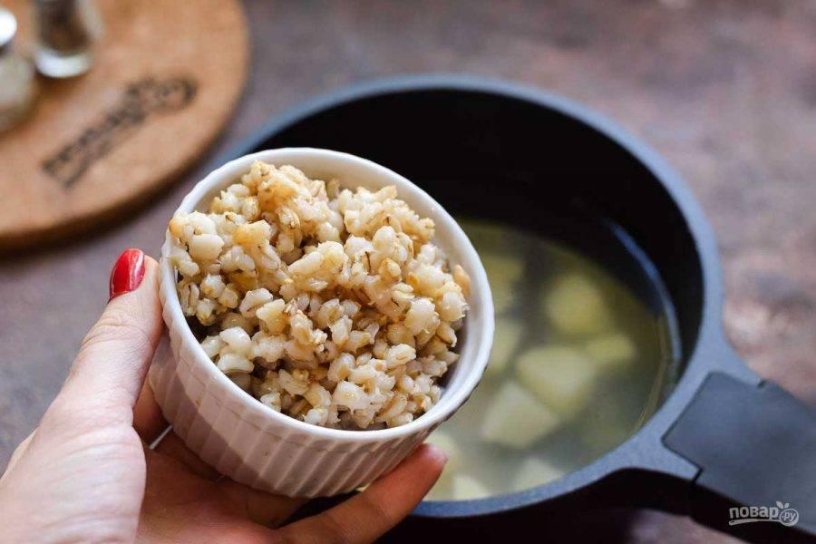 В кастрюлю переложите картофель и залейте воду, варите 20 минут. Также добавьте сразу вареную перловку.