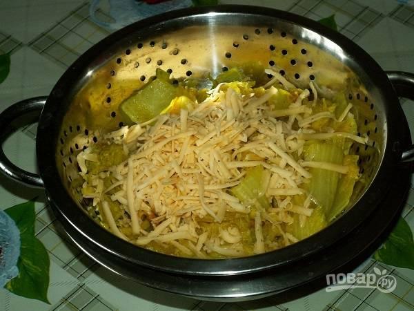 10. К капусту добавьте отложенный сыр и перемешайте.