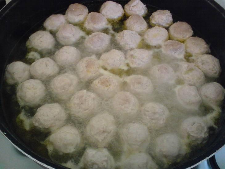 В кастрюле кипятим воду с маслом и кидаем туда мясные шарики. Варим до готовности.
