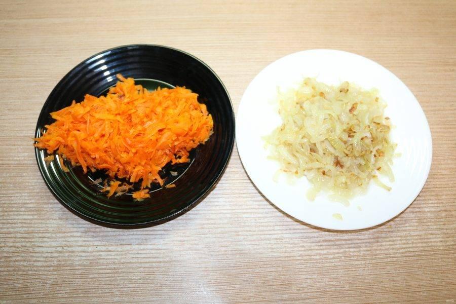 Морковь натрите на крупной тёрке, лук нарежьте кубиком. Обжарьте лук и морковь на сковороде с небольшим добавлением масла.