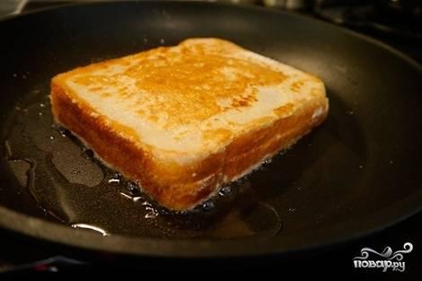 4. Ломтик хлеба обжарим на растительном масле с двух сторон. Остудим, затем вырежем из него звезду.