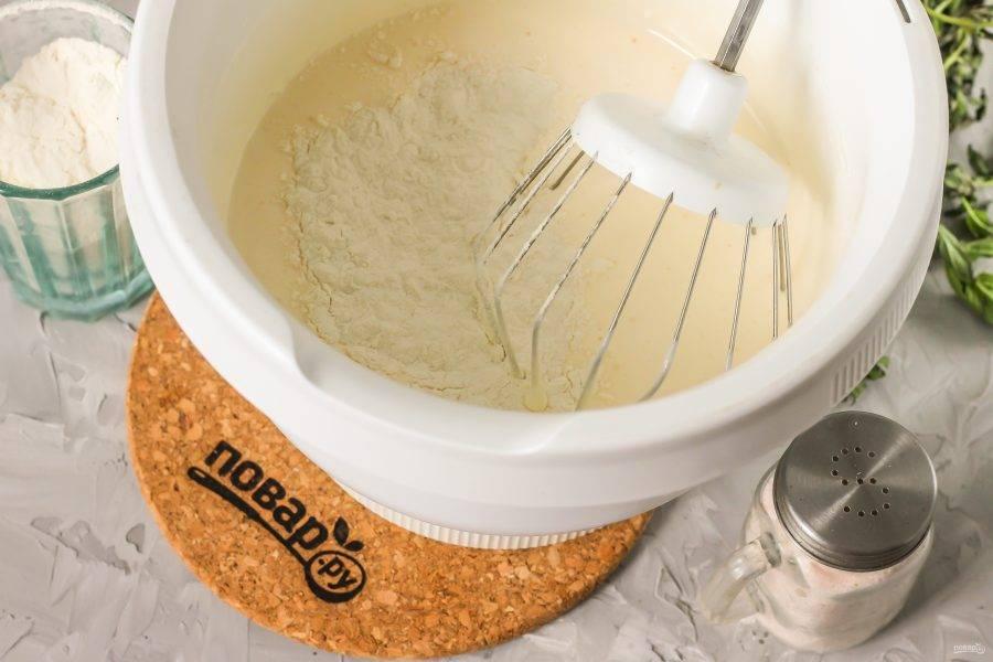 Всыпьте в яичную массу пшеничную муку с разрыхлителем и аккуратно перемешайте на малых оборотах техники, создавая бисквитное тесто.