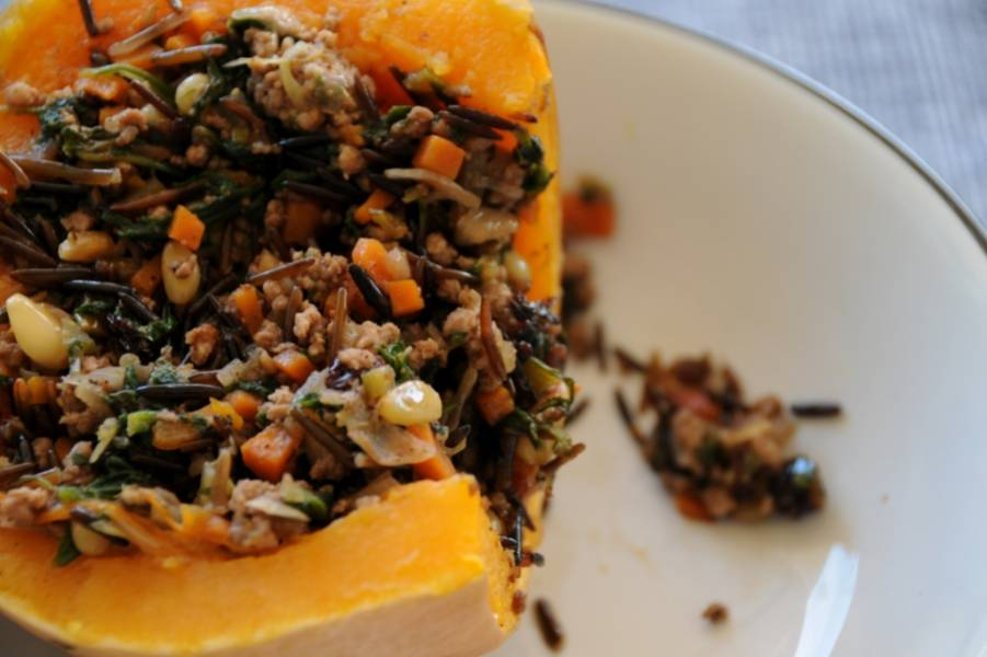 Подавать готовый рис, запеченный в тыкве, рекомендую прямо в тыквенных лодочках: уж очень эффектно! Приятного аппетита!