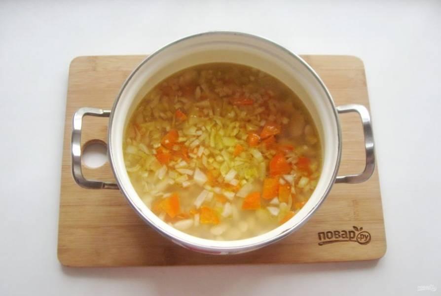 Затем добавьте овощи в суп.