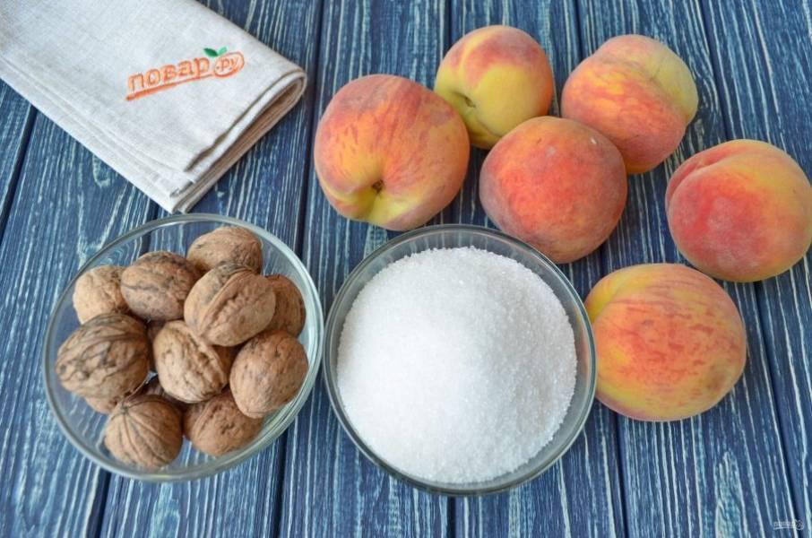 Подготовьте для варенья: персики, орехи и сахар. Персики тщательно вымойте, орехи очистите от скорлупы и отмерьте стакан.