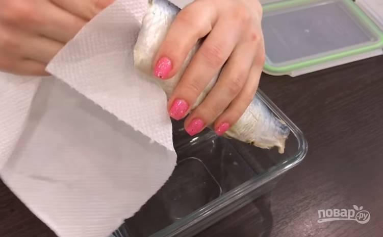 3. Рыбку тщательно вымойте внутри и снаружи, затем хорошенько просушите салфетками. Положите ее в посуду, где будете мариновать.