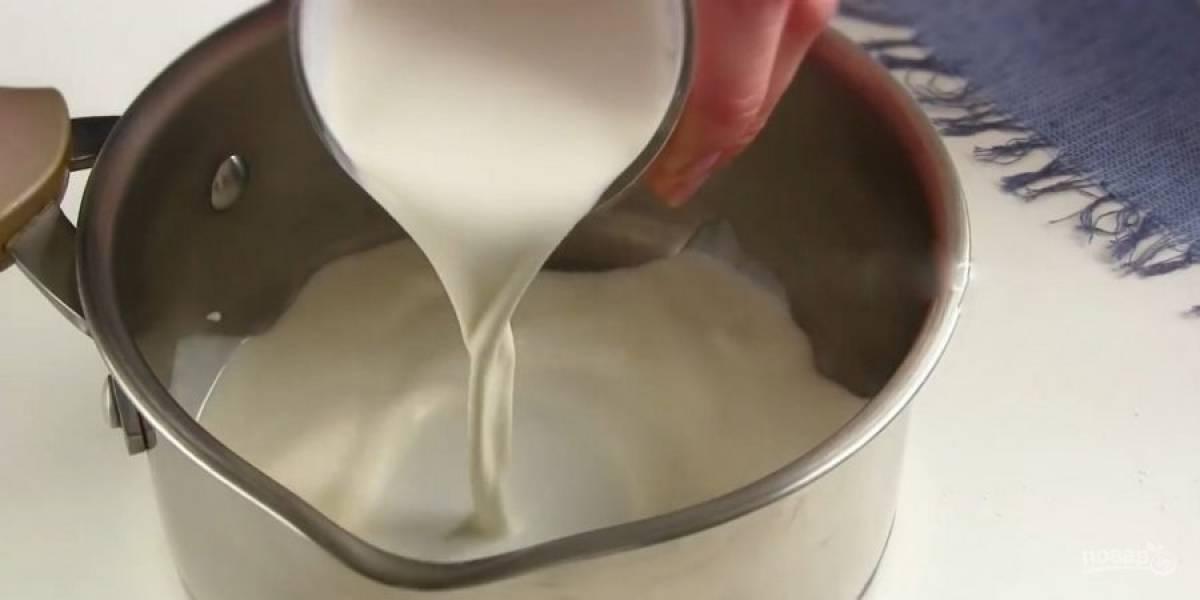 4. Клубнику промойте, обсушите и измельчите блендером. Смешайте с сахарной пудрой. Сливки слегка подогрейте, добавьте растворенный на паровой пане желатин.