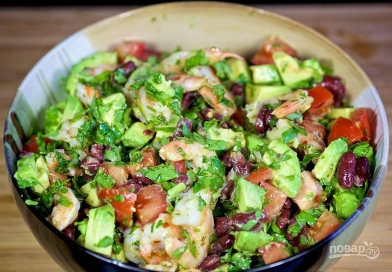 6. Перемешайте салат с готовыми креветками и подавайте к столу.
