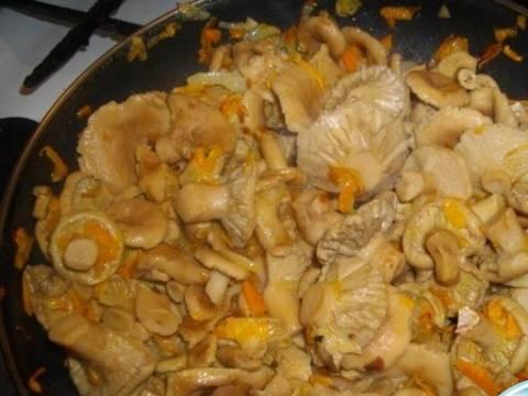 3. После этого волнушки можно жарить. Налейте в сковороду растительное масло и отправьте грибы жариться.