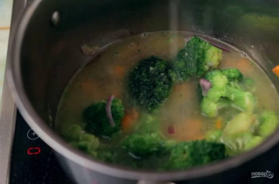 2. Чтобы овощи не начали пригорать, добавьте немного куриного бульона. Затем добавьте брокколи и тушите до мягкости всех овощей.