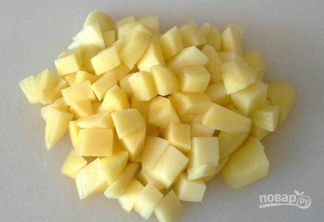 Картофель помойте, почистите и нарежьте кубиками.