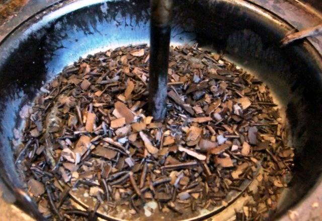 Тем временем подготовьте коптильню, насыпьте в неё опилки грушевого дерева.