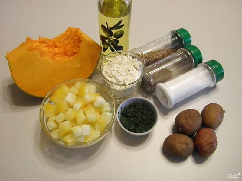 Приготовьте продукты и специи согласно списку ингредиентов. Отварите картофель в кожуре до готовности, остудите его, снимите кожуру. Так как сейчас зима, я взяла замороженный кабачок, он прекрасно подойдет для рецепта.