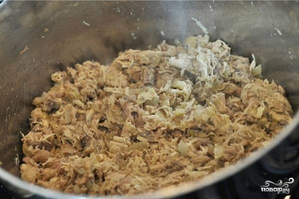 4. Выложите к луку морковь и имбирь. Обжарьте пару минут, периодически помешивая. Добавьте в кастрюлю куриное мясо.