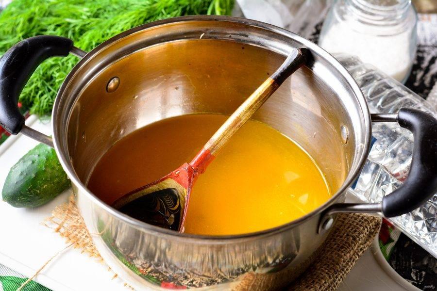 Воду слейте в кастрюлю, влейте уксус, всыпьте куркуму, сахар и соль. Закипятите маринад.