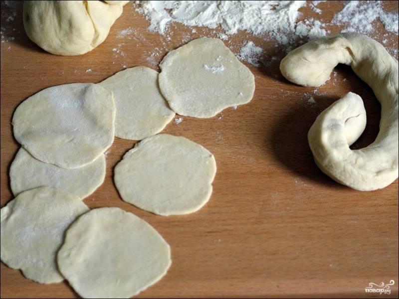 Замешиваем постное пельменное тесто из муки, воды, соли и подсолнечного масла. Тесто должно получиться крутым, не липнуть к рукам. Скатываем из теста шар, отправляем в холодильник на 1 час, после чего достаем, скатываем из него большую колбаску, из колбаски вырезаем небольшие галушки, а уже каждую галушки раскатываем в плоский сочень для пельменей. Можно поступить иначе: просто раскатать весь шар теста в тонкий пласт и вырезать из него сочни стаканом.