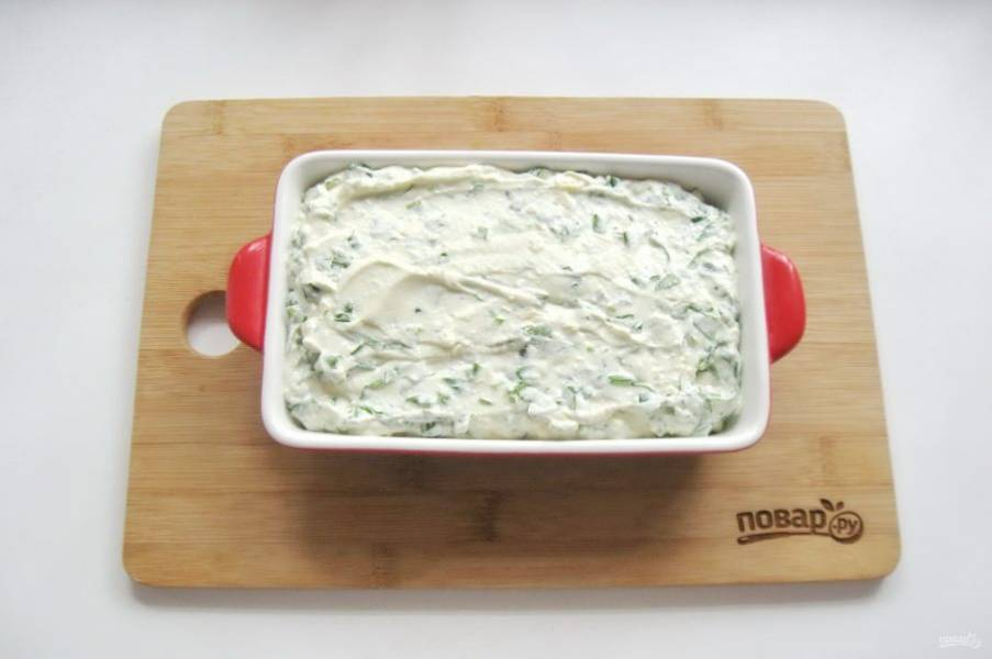 Форму для запекания смажьте маслом и выложите творожную массу со шпинатом.