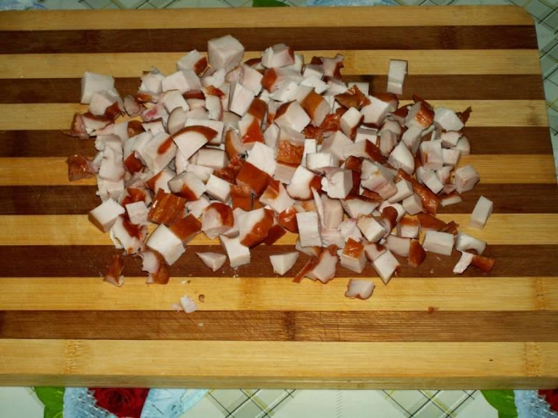 4. Копченую грудки нарезать небольшими кубиками, как и помидоры.
