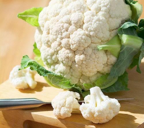 1. Готовить цветную капусту с мясом очень легко, особенно в духовке. Для начала нужно отварить соцветия. Для этого чистим капусту и разделяем на соцветия.