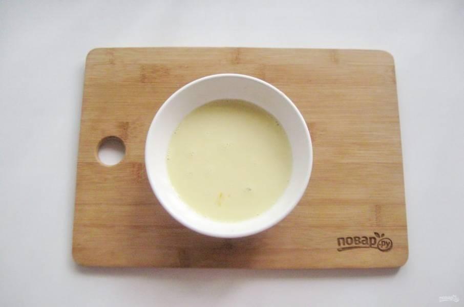 Приготовьте заливку. Сыр натрите на терке. Добавьте яйцо и сливки. Посолите и хорошо взбейте.