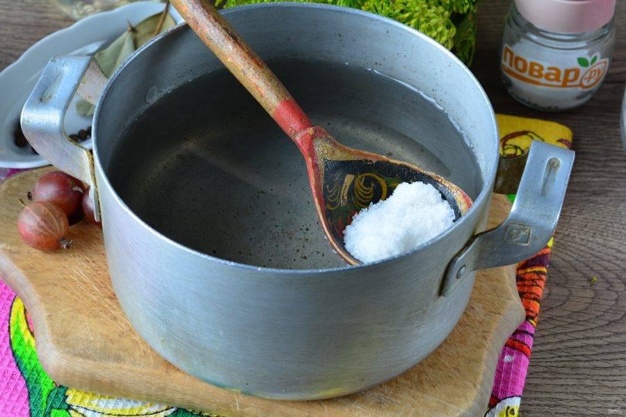 Слейте воду в кастрюлю, всыпьте сахар, соль, вскипятите маринад. Влейте уксус и снимите с огня.
