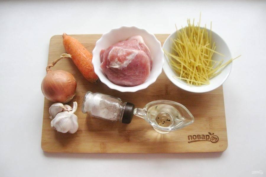 Возьмите ингредиенты для приготовления плова с вермишелью.