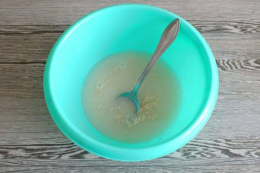 В чаше соедините теплую воду, сахар, соль, дрожжи. Перемешайте.