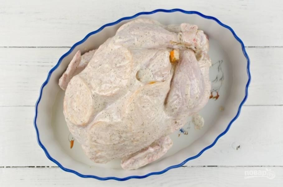 Брюшко курицы скрепите зубочистками. Ножки свяжите. Смажьте противень или форму для запекания маслом. Уложите туда курицу.
