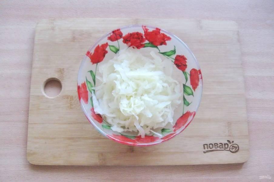 Приготовьте начинку для пирога. Капусту нарежьте соломкой и отварите до мягкости. Воду слейте.