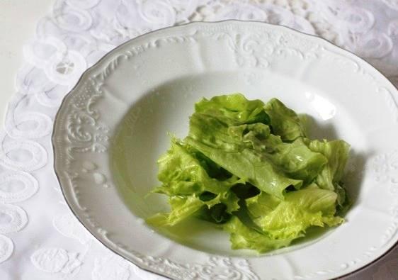 Готовый суп подавайте так: в тарелку положите несколько листиков зеленого салата, сверху налейте суп и осыпьте цедрой лимона и перцем.
