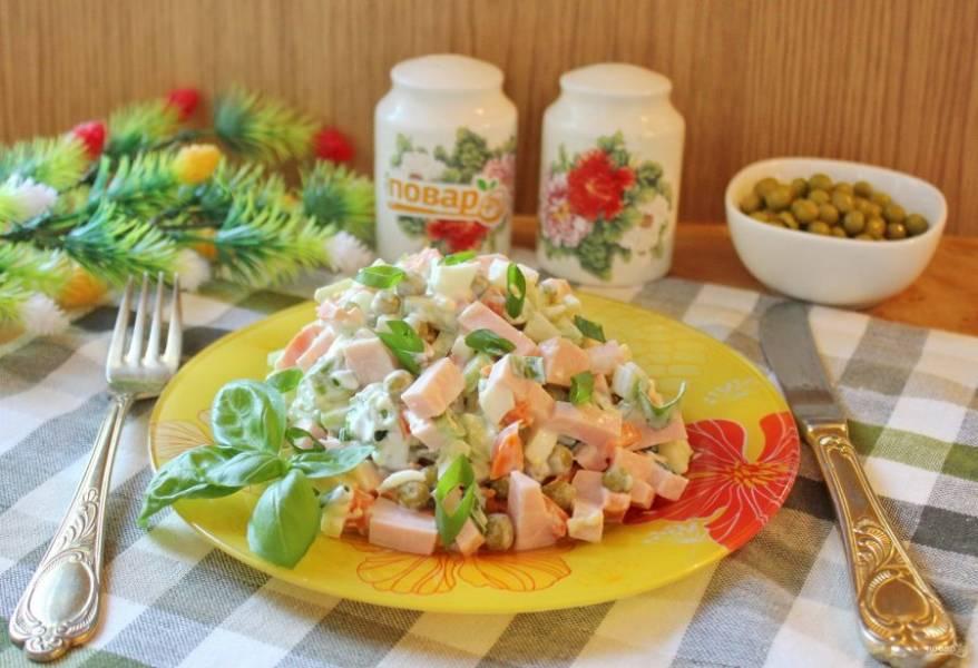 Салат с колбасой, яйцами и зеленым горошком готов. Приятного аппетита!