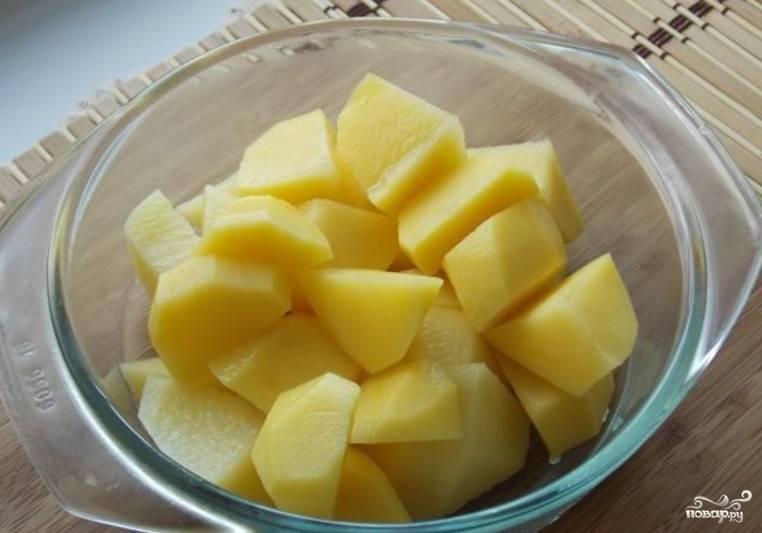 Картофель моем, чистим и нарезаем кубиками. Добавляем в кипящий бульон.