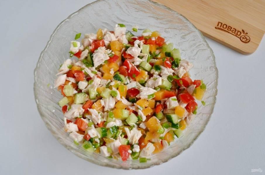 Из растительного масла, горчицы, меда, лимонного сока, соли и перца сделайте заправку. Просто соедините все ингредиенты до однородного состояния. Заправьте салат.