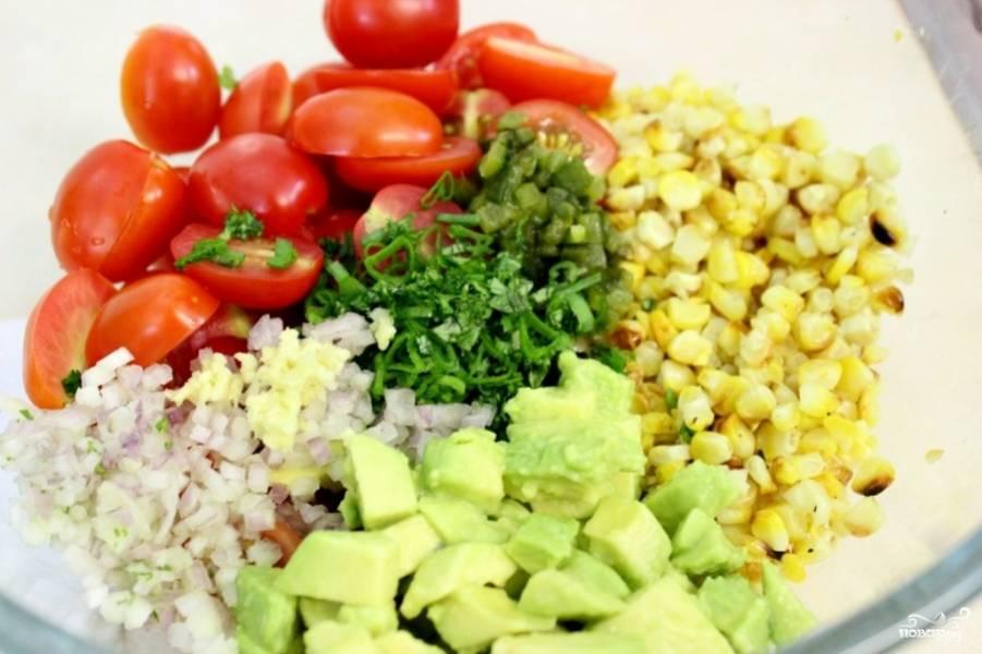 Помидоры черри разрежьте пополам. Авокадо очистите, порежьте на кубики, выложите в салатницу, сбрызните соком лайма и перемешайте. Добавьте в салатницу все нарезанные ингредиенты и хорошенько перемешайте.