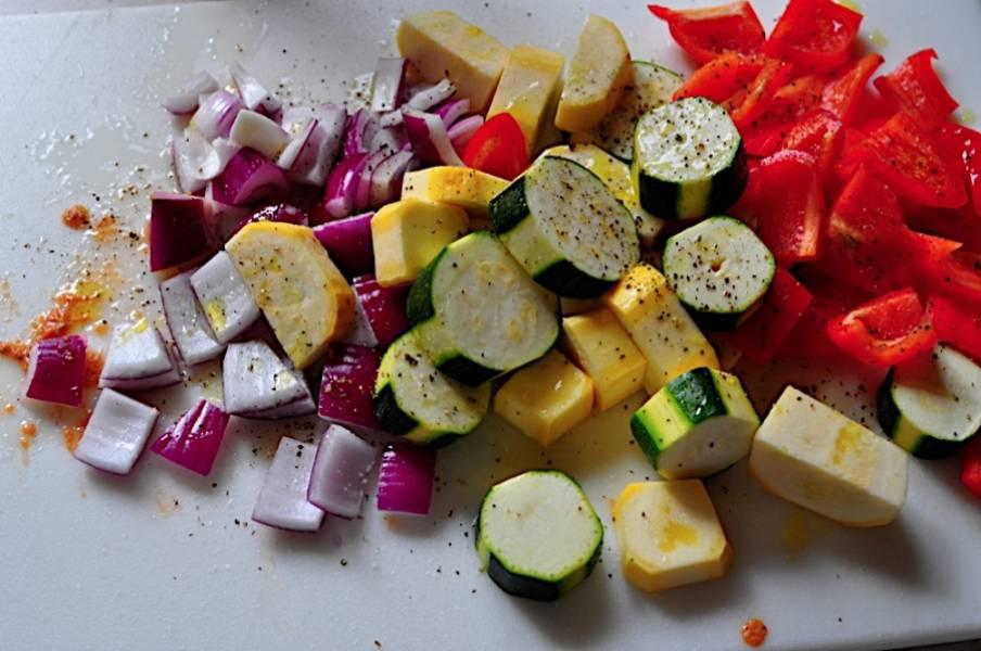 2. Посыпьте нарезанные овощи солью, перцем и сбрызните оливковым маслом.