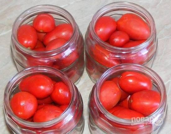 Заливаем помидоры в банках кипятком, накрываем крышками. Пусть постоят минимум 5 минут.