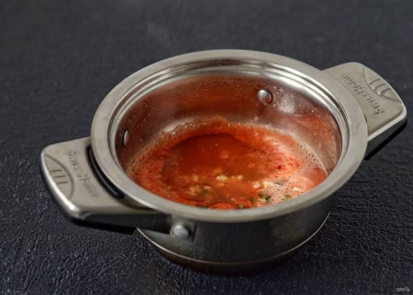 Перелейте томатное пюре в кастрюлю, добавьте измельченный чеснок и острый перец. Влейте уксус, растительное масло, всыпьте сахар и соль, а также все специи. Доведите смесь до кипения.