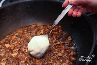 Обжариваем порезанные ингредиенты на сковородке. Как только масса станет золотистой, добавляем в нее жирные сливки. Солим и кладем специи на свой вкус.