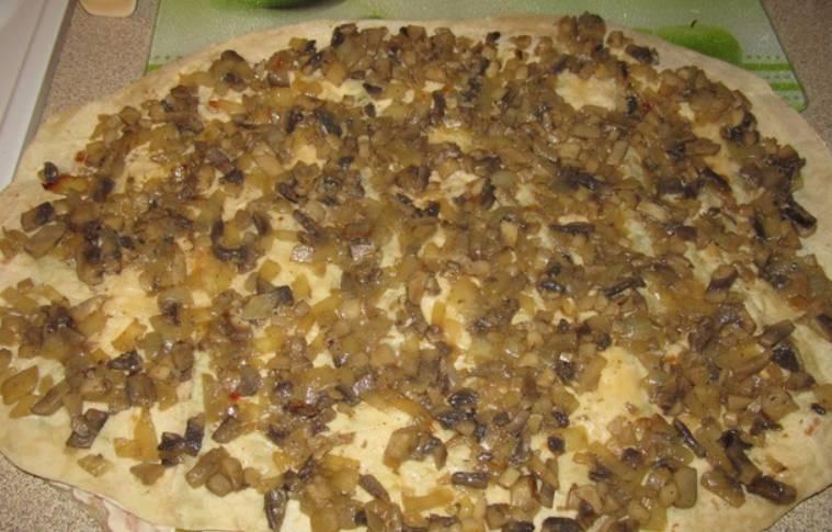 Грибы измельчаем и обжариваем с луком на растительном масле. Выкладываем все на второй лист лаваша.