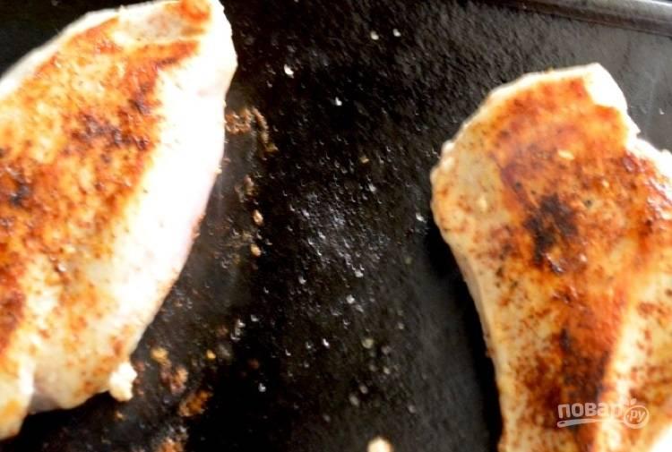 2.Разогрейте сковороду и выложите филе, обжаривайте его 10-15 минут.