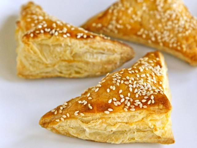 8. Смазанные желтком пирожки можно присыпать кунжутными или маковыми семечками. Затем отправляйте их в духовку на 25-30 минут. Готовые пирожки будут золотистыми и поднимутся. Приятного аппетита!
