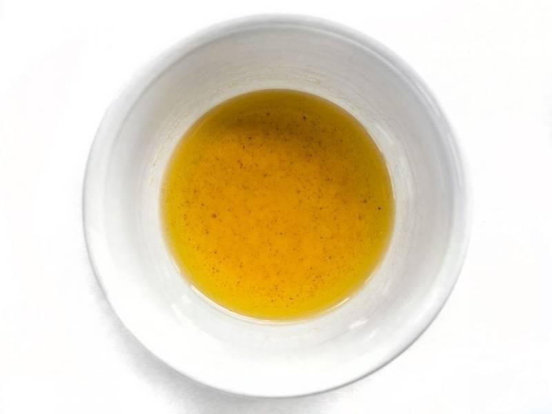 1.Смешайте в небольшой миске 1 столовую ложку оливкового масла и чесночный порошок, отложите.