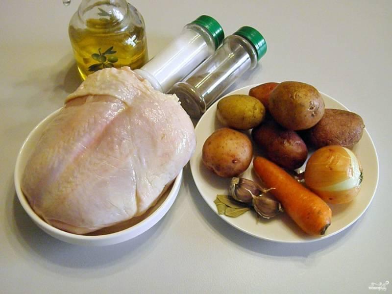Приготовьте продукты. Овощи тщательно вымойте. Куриную грудку тоже нужно вымыть и обсушить бумажной салфеткой. Снимите мясо с косточек, удалите кожу.