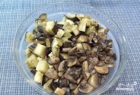 Выкладываем в миску обжаренные грибы и ранее подготовленные баклажаны.